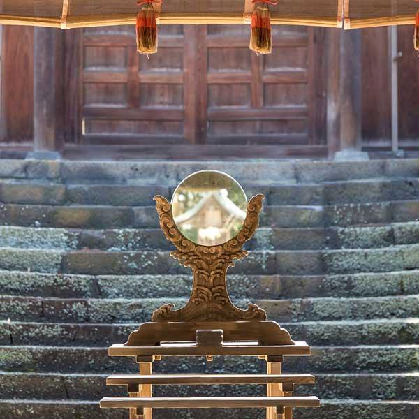 Heiliger Spiegel im Iya-Schrein